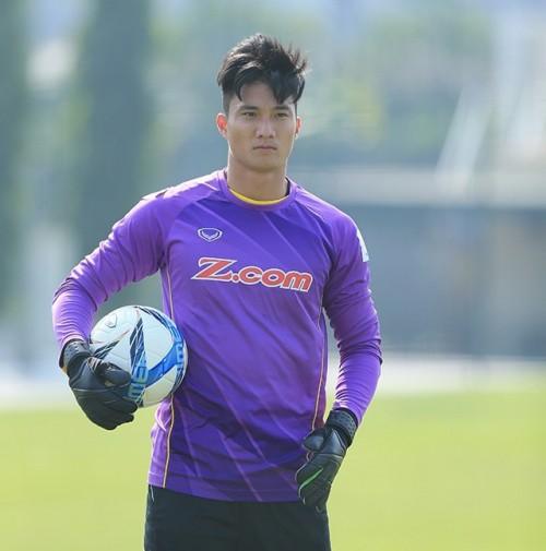Thủ môn điển trai U23 Việt Nam: 'Tôi sẽ đưa hết tiền thưởng cho mẹ lo Tết' - Ảnh 2.