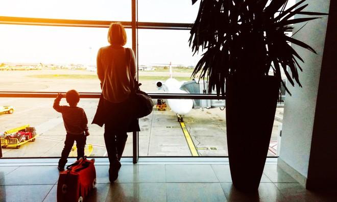 Con trai ăn vạ trước giờ lên máy bay, mẹ bất lực ôm mặt khóc nhưng một nhóm phụ nữ đã giải quyết tất cả - Ảnh 1.