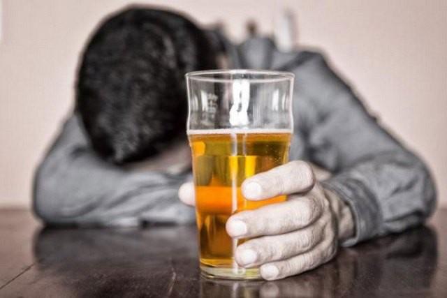 Cảnh báo: Nhiều người mắc chứng rối loạn tâm thần do rượu - Ảnh 1.