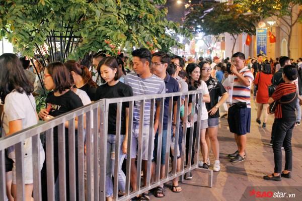 Hàng ngàn người chen chúc trên đường hoa Nguyễn Huệ đêm khai mạc - Ảnh 2.
