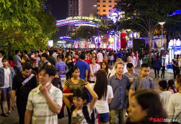 Hàng ngàn người chen chúc trên đường hoa Nguyễn Huệ đêm khai mạc - Ảnh 11.