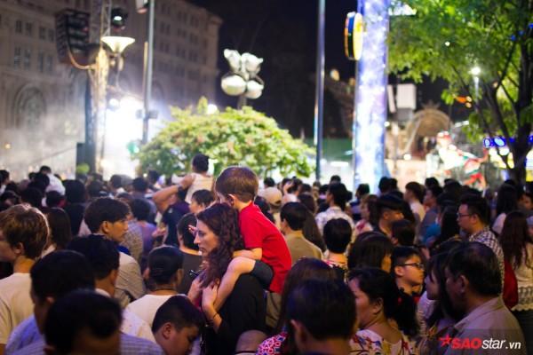Hàng ngàn người chen chúc trên đường hoa Nguyễn Huệ đêm khai mạc - Ảnh 12.