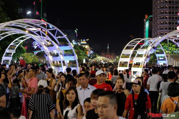 Hàng ngàn người chen chúc trên đường hoa Nguyễn Huệ đêm khai mạc - Ảnh 13.