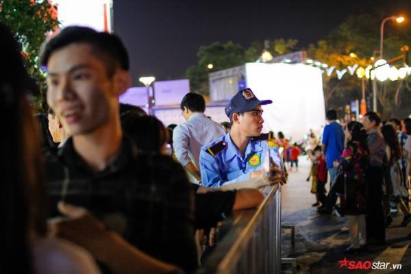 Hàng ngàn người chen chúc trên đường hoa Nguyễn Huệ đêm khai mạc - Ảnh 17.
