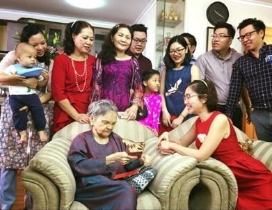 Xúc động hình ảnh người con cắt tóc cho mẹ già 95 tuổi ngày Tết - Ảnh 3.