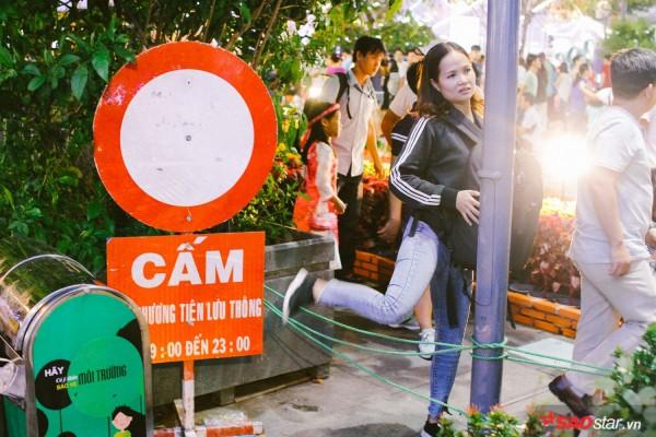 Hàng ngàn người chen chúc trên đường hoa Nguyễn Huệ đêm khai mạc - Ảnh 3.