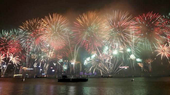 Hong Kong hủy bỏ bắn pháo hoa chào mừng năm mới, dành tiền hỗ trợ gia đình nạn nhân vụ tai nạn xe buýt thảm khốc - Ảnh 4.