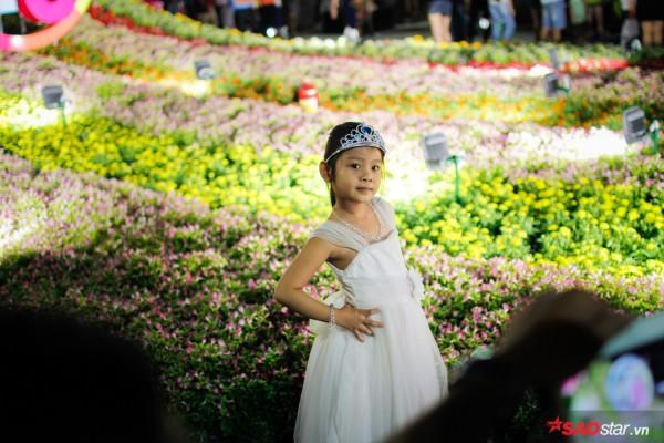 Hàng ngàn người chen chúc trên đường hoa Nguyễn Huệ đêm khai mạc - Ảnh 4.