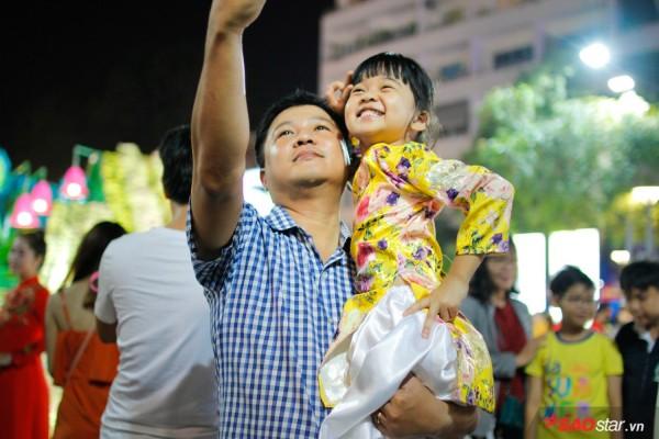 Hàng ngàn người chen chúc trên đường hoa Nguyễn Huệ đêm khai mạc - Ảnh 5.