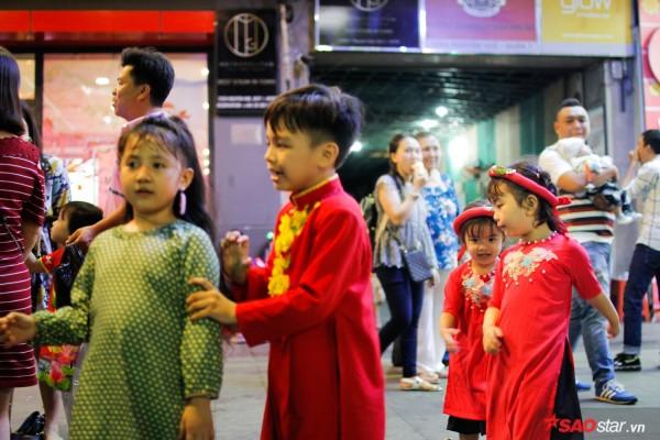 Hàng ngàn người chen chúc trên đường hoa Nguyễn Huệ đêm khai mạc - Ảnh 6.