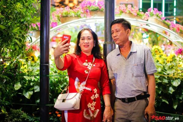 Hàng ngàn người chen chúc trên đường hoa Nguyễn Huệ đêm khai mạc - Ảnh 7.