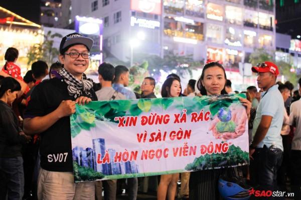 Hàng ngàn người chen chúc trên đường hoa Nguyễn Huệ đêm khai mạc - Ảnh 8.