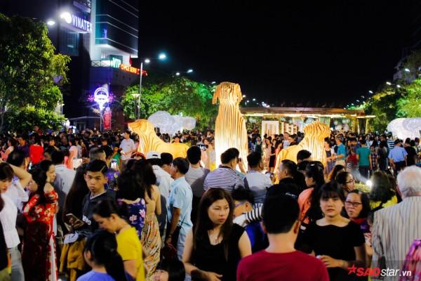 Hàng ngàn người chen chúc trên đường hoa Nguyễn Huệ đêm khai mạc - Ảnh 9.