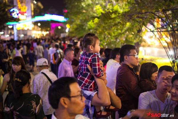 Hàng ngàn người chen chúc trên đường hoa Nguyễn Huệ đêm khai mạc - Ảnh 10.