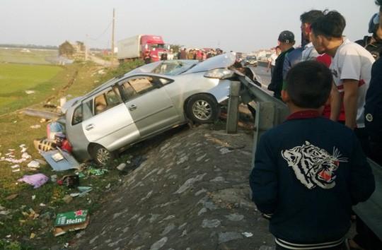 Thuê xe về quê ăn tết, cả gia đình gặp tai nạn thương tâm khiến hai người chết - Ảnh 1.