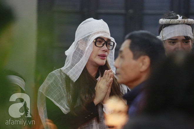 Trương Ngọc Ánh nghẹn ngào tiều tụy trong đám tang cha ruột - Ảnh 1.