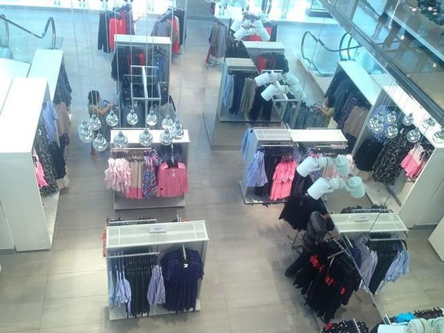 Hàng thời trang ở trung tâm thương mại Sài Gòn vắng hoe  - Ảnh 1.