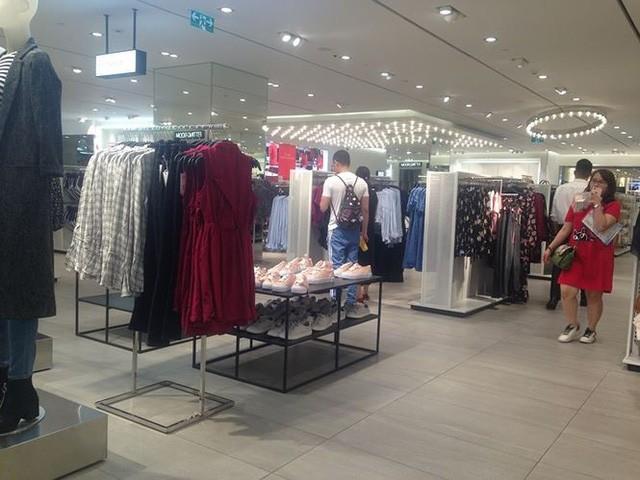 Hàng thời trang ở trung tâm thương mại Sài Gòn vắng hoe  - Ảnh 2.