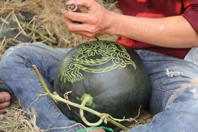 Thợ khắc dưa hấu kiếm 6-7 triệu đồng trong vài ngày cận Tết - Ảnh 2.