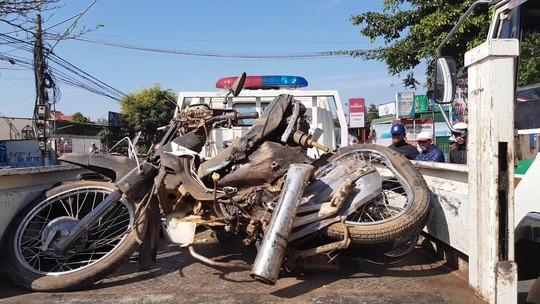 Xe khách tông xe máy, 2 cha con tử nạn ngày cuối năm - Ảnh 1.