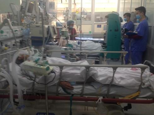 Cận Tết, Bệnh viện Bạch Mai vỡ trận, bác sĩ kiệt sức vì cấp cứu - Ảnh 3.