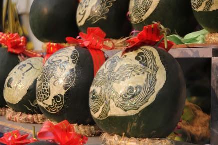Thợ khắc dưa hấu kiếm 6-7 triệu đồng trong vài ngày cận Tết - Ảnh 4.