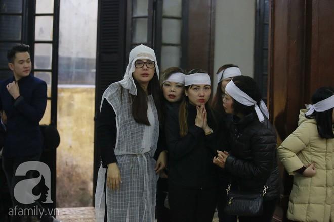 Trương Ngọc Ánh nghẹn ngào tiều tụy trong đám tang cha ruột - Ảnh 6.