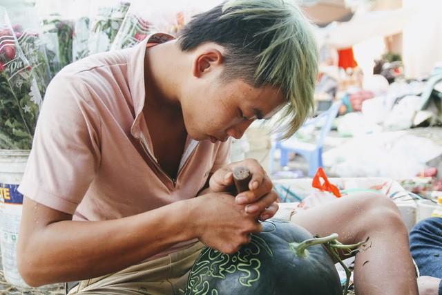 Thợ khắc dưa hấu kiếm 6-7 triệu đồng trong vài ngày cận Tết - Ảnh 6.