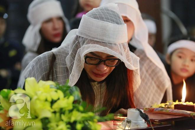 Trương Ngọc Ánh nghẹn ngào tiều tụy trong đám tang cha ruột - Ảnh 7.