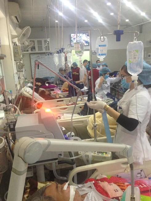Cận Tết, Bệnh viện Bạch Mai vỡ trận, bác sĩ kiệt sức vì cấp cứu - Ảnh 7.