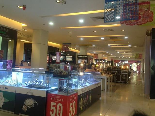 Hàng thời trang ở trung tâm thương mại Sài Gòn vắng hoe  - Ảnh 10.