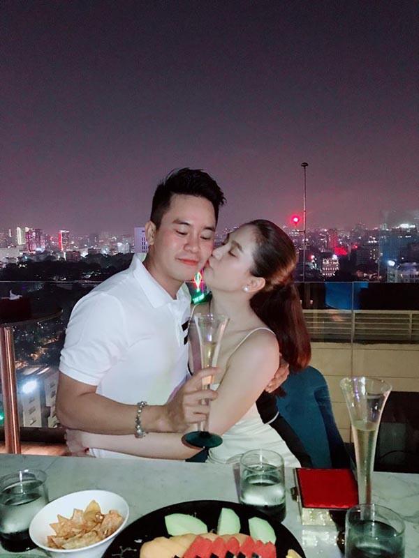 Danh tính chàng trai Ngọc Trinh ôm hôn tình cảm ngày lễ tình nhân - Ảnh 2.