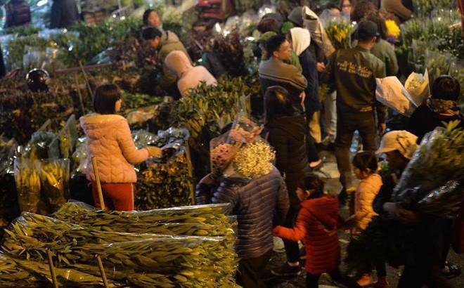 [ẢNH] Tấp nập chợ hoa Quảng An đêm trước Giao thừa - Ảnh 2.