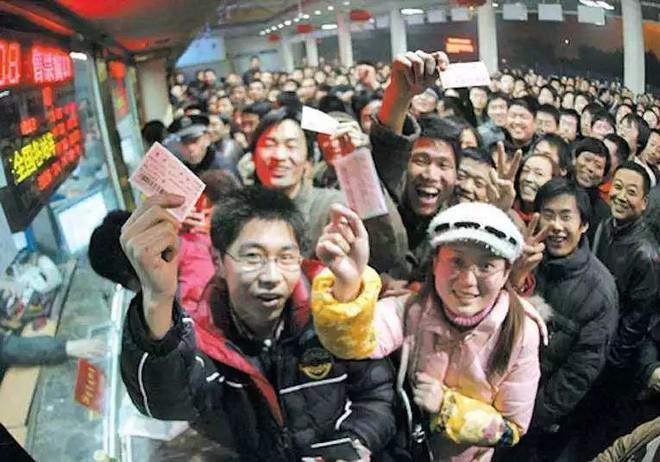"""Chùm ảnh: Từng dòng người dắt díu nhau về quê ăn Tết trong ngày đầu tiên của đợt """"xuân vận"""" ở Trung Quốc  - Ảnh 1."""