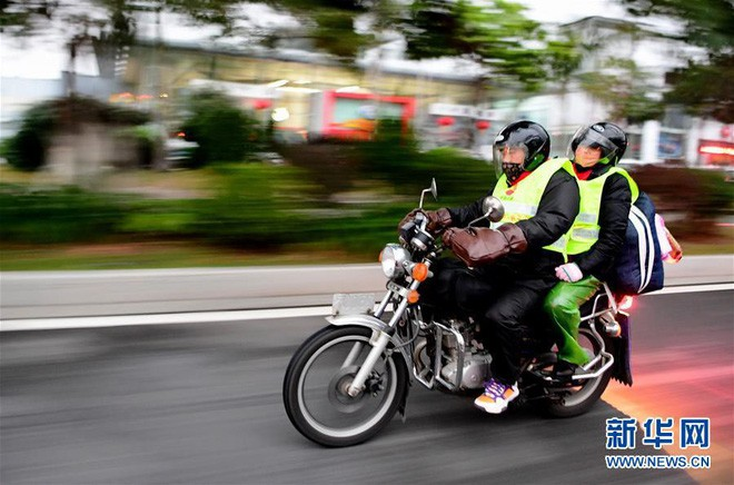 """Chùm ảnh: Từng dòng người dắt díu nhau về quê ăn Tết trong ngày đầu tiên của đợt """"xuân vận"""" ở Trung Quốc  - Ảnh 11."""