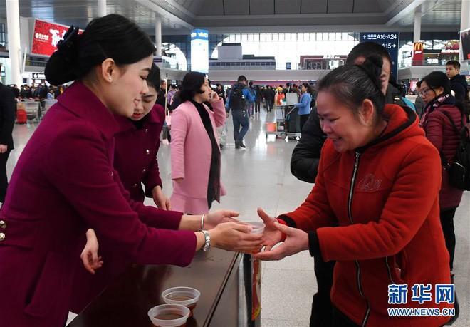 """Chùm ảnh: Từng dòng người dắt díu nhau về quê ăn Tết trong ngày đầu tiên của đợt """"xuân vận"""" ở Trung Quốc  - Ảnh 12."""