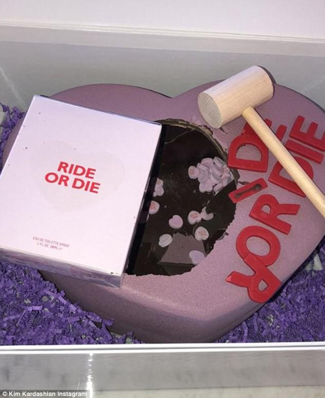 Từng không đội trời chung với Taylor Swift, Kim giờ lại chuẩn bị quà Valentine tặng Rắn Chúa - Ảnh 3.
