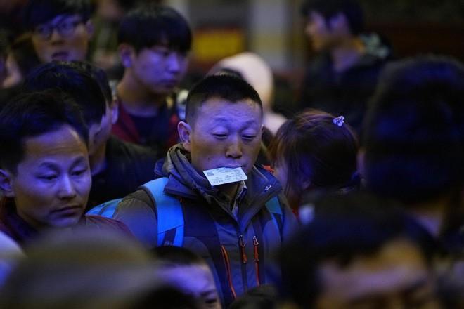 """Chùm ảnh: Từng dòng người dắt díu nhau về quê ăn Tết trong ngày đầu tiên của đợt """"xuân vận"""" ở Trung Quốc  - Ảnh 3."""