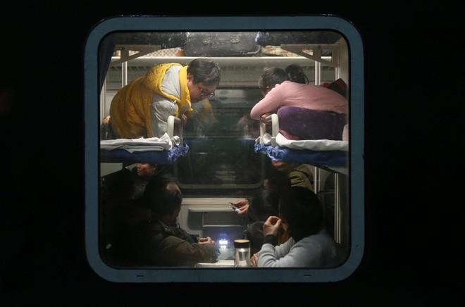 """Chùm ảnh: Từng dòng người dắt díu nhau về quê ăn Tết trong ngày đầu tiên của đợt """"xuân vận"""" ở Trung Quốc  - Ảnh 4."""