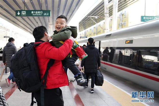 """Chùm ảnh: Từng dòng người dắt díu nhau về quê ăn Tết trong ngày đầu tiên của đợt """"xuân vận"""" ở Trung Quốc  - Ảnh 5."""