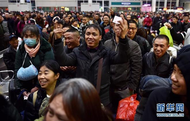"""Chùm ảnh: Từng dòng người dắt díu nhau về quê ăn Tết trong ngày đầu tiên của đợt """"xuân vận"""" ở Trung Quốc  - Ảnh 8."""