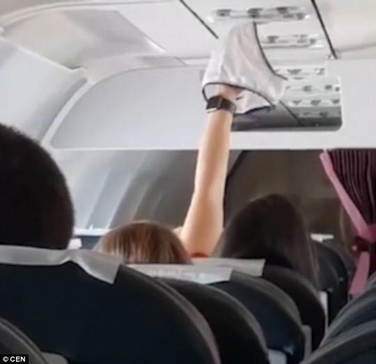 Nữ hành khách hong khô nội y trước quạt thông gió máy bay - Ảnh 1.