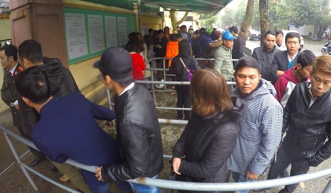 Sau Tết, hàng nghìn người dân Nghệ An đổ xô đi làm giấy thông hành để xuất ngoại - Ảnh 10.