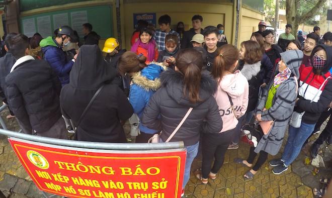 Sau Tết, hàng nghìn người dân Nghệ An đổ xô đi làm giấy thông hành để xuất ngoại - Ảnh 2.