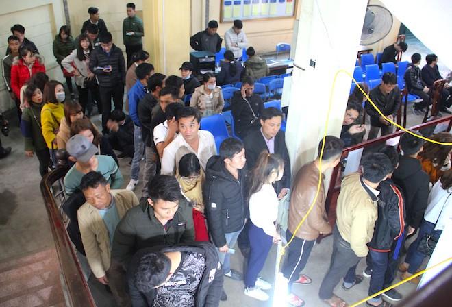 Sau Tết, hàng nghìn người dân Nghệ An đổ xô đi làm giấy thông hành để xuất ngoại - Ảnh 9.