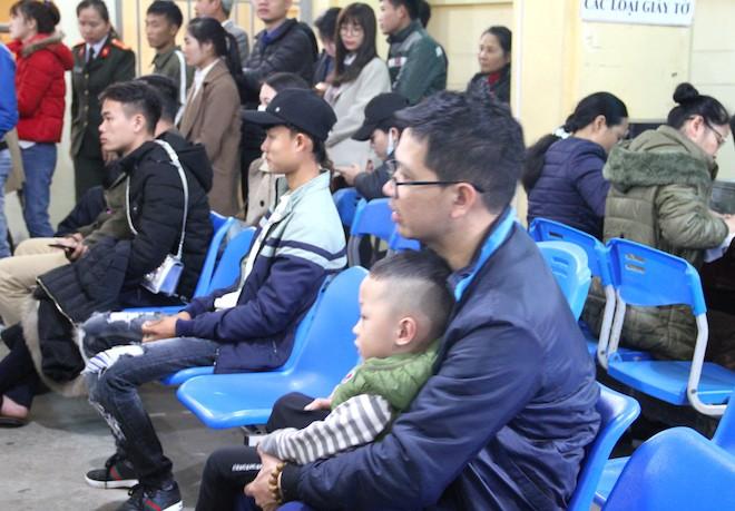 Sau Tết, hàng nghìn người dân Nghệ An đổ xô đi làm giấy thông hành để xuất ngoại - Ảnh 16.