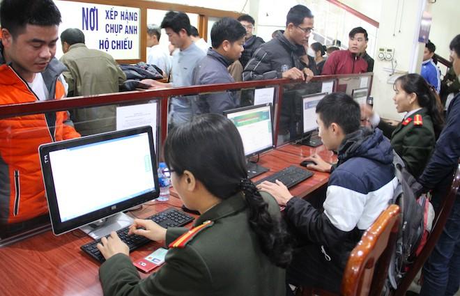 Sau Tết, hàng nghìn người dân Nghệ An đổ xô đi làm giấy thông hành để xuất ngoại - Ảnh 8.