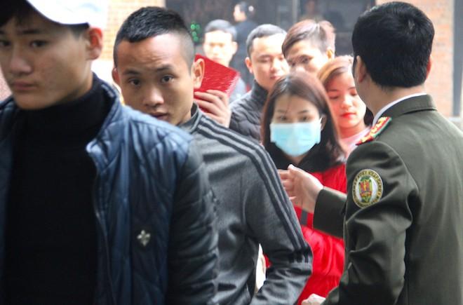 Sau Tết, hàng nghìn người dân Nghệ An đổ xô đi làm giấy thông hành để xuất ngoại - Ảnh 11.
