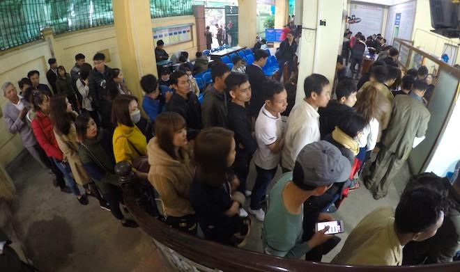 Sau Tết, hàng nghìn người dân Nghệ An đổ xô đi làm giấy thông hành để xuất ngoại - Ảnh 3.