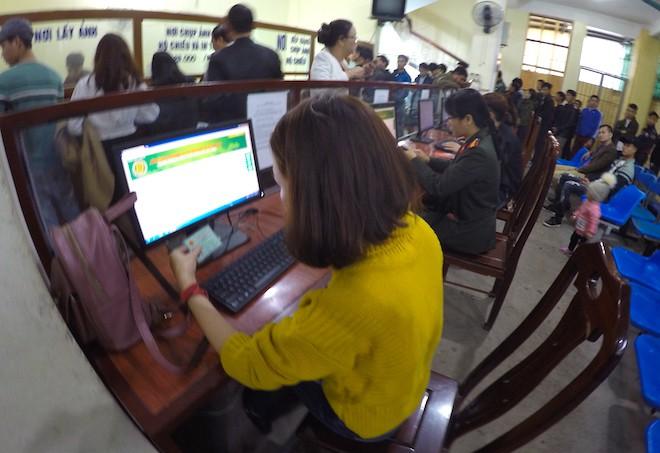 Sau Tết, hàng nghìn người dân Nghệ An đổ xô đi làm giấy thông hành để xuất ngoại - Ảnh 6.